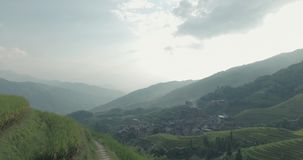 Camponês que vai ao longo dos campos Terraced do arroz de Longji vídeos de arquivo