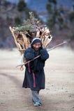 Camponês tibetano na roupa nacional com cesta foto de stock royalty free