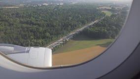 Campos, árvores, rio e pagamento do europeu visto através da janela dos aviões video estoque