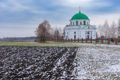 Campos agrícolas cerca de una iglesia antigua de San Nicolás 1797 en el acuerdo urbano Dikanka, Ucrania Imagen de archivo libre de regalías