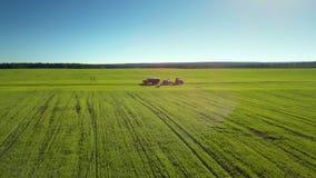 Campos agrícolas do panorama geral com maquinaria filme