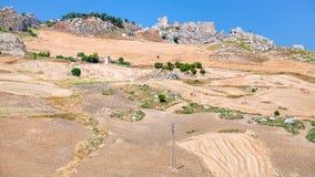 Campos agrarios y pueblo abandonado en Sicilia Fotos de archivo libres de regalías