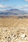 Campos arados delante de las montañas Fotografía de archivo libre de regalías