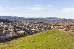 Campos, colinas y hogares suburbanos Fotos de archivo libres de regalías