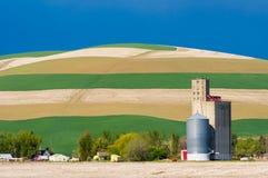 Campos cosechados con el silo de grano Imagenes de archivo