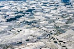 Campos cultivados cobertos pelo panorama da antena da neve imagem de stock royalty free