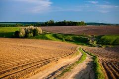 Campos de cultivo Plowed na área rural Paisagem da mola fotografia de stock royalty free