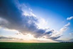 Campos de exploração agrícola da mola com por do sol e nuvens em texas fotografia de stock royalty free