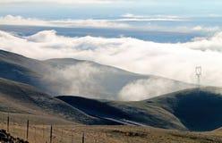 Campos de exploração agrícola do rolamento com as nuvens grossas no fundo Fotografia de Stock