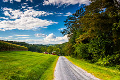 Campos de granja a lo largo de una carretera nacional cerca de los caminos cruzados, Pennsylvania Foto de archivo