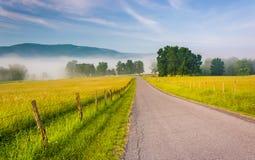 Campos de granja a lo largo de una carretera nacional en una mañana de niebla en el Potom Imagen de archivo libre de regalías
