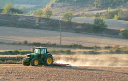 Campos de la cosecha con el tractor Fotos de archivo