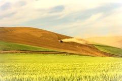 Campos de trigo de Equipment Working Unplanted del granjero Imagen de archivo