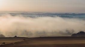 Campos do campo na névoa da manhã no outono vídeos de arquivo