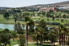 Campos do golfe com lago fotografia de stock
