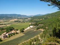 Campos e prados no vale abaixo de Sault, Provence imagem de stock royalty free
