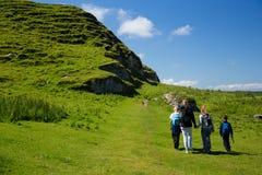 Campos hermosos y colinas verdes de Irlanda, caminando a la familia con los niños Imagen de archivo libre de regalías
