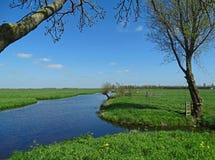 Campos holandeses debajo de un cielo azul Fotos de archivo