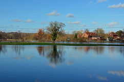 Campos inundados e teste do rio, Romsey, Hampshire fotos de stock