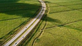 Campos lisos ideais Verde e linhas Estrada foto de stock