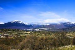 Campos, montañas y cielo azul Imagen de archivo