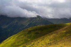 Campos, montañas y niebla Imagen de archivo libre de regalías