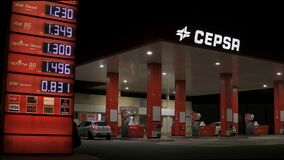 Night footage of a Cepsa service station and vehicle refueling. Users refueling at the gas station