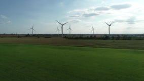 Campos terrestres del verde de Windfarm, cielo azul almacen de metraje de vídeo