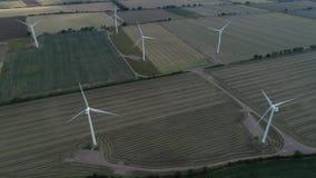 Campos terrestres del verde del parque eólico, 4k almacen de metraje de vídeo