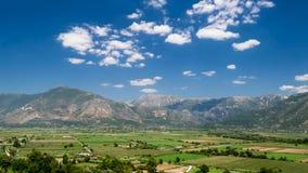 Campos verdes debajo de las montañas Imagen de archivo