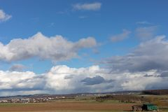 Campos verdes e céus azuis sobre Hessen em Alemanha fotografia de stock