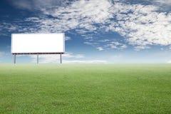 Campos verdes en el día soleado y el sc digital blanco vacío de la cartelera Imagenes de archivo