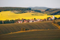 Campos verdes infinitos, Rolling Hills, trilhas do trator, terra da mola fotos de stock royalty free
