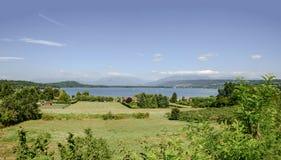 Campos verdes na costa do lago Viverone, Itália foto de stock royalty free