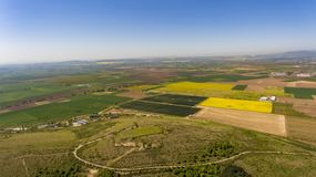 Campos verdes perto da cidade de Bulgária fotos de stock royalty free