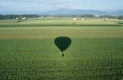 Campos verdes y un shaow de un globo en Italia. Imagenes de archivo