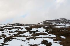Campos y montañas cubiertos por la nieve en invierno Foto de archivo libre de regalías