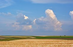 Campos y nubes fotografía de archivo libre de regalías
