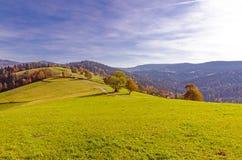 Campos y prados escénicos en las montañas del otoño fotografía de archivo