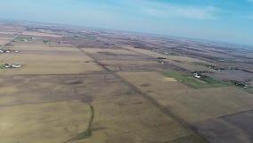 Campos y tierras de labrantío de la agricultura del paso elevado de la visión aérea en la correa de maíz de Illinois - Cercano oe almacen de metraje de vídeo