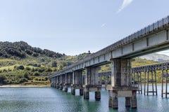 Campotosto See - Brücke Stockfoto