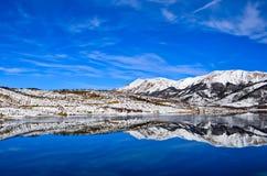 Campotosto See eingefroren lizenzfreie stockbilder
