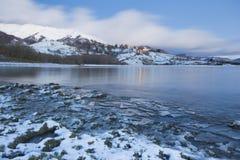 Campotosto sjö med snö Arkivfoton