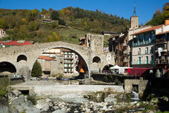Camprodon i Pyrenees arkivfoton