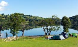 Campsing Ullswater sjöområde Cumbria England UK med berg och blå himmel på härlig dag Royaltyfri Foto