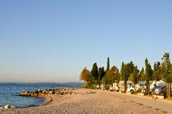 Campsite de Motorhomes no litoral do lago Garda imagens de stock royalty free