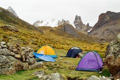 Campsite do passeio em a montanha de Huayhuash, Peru fotografia de stock royalty free