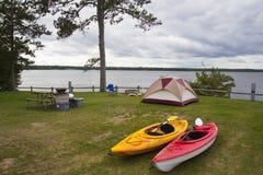 Campsite przy Indiańskim jeziorem obraz stock