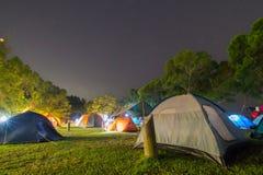 Campsite przy nocą zdjęcia stock