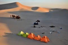 Campsite wśrodku desertpiaska diun Zdjęcia Stock